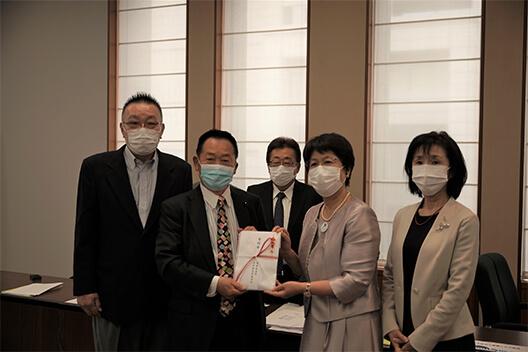 寄付金贈呈式 茨城県連会長代行 海野透先生より会長が寄付金を賜りました